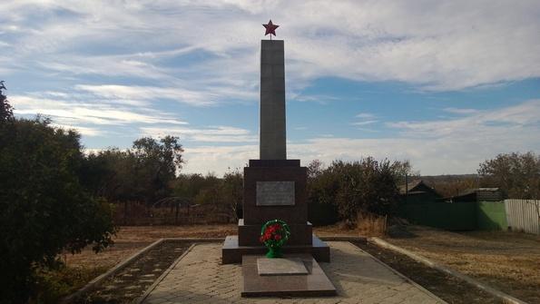Памятник погибшим солдатам в пос. Красногорняцкий - фото